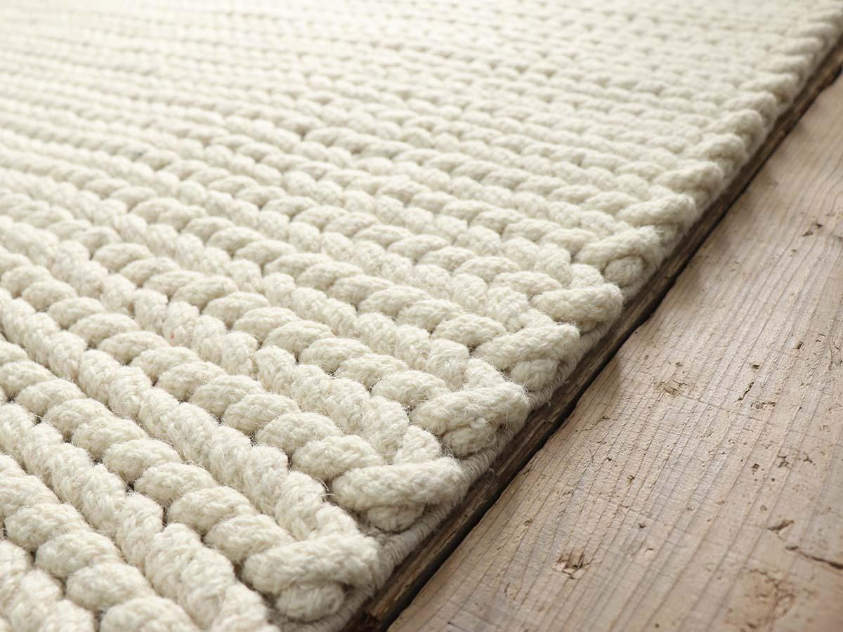 フチも丁寧に織り上げています。